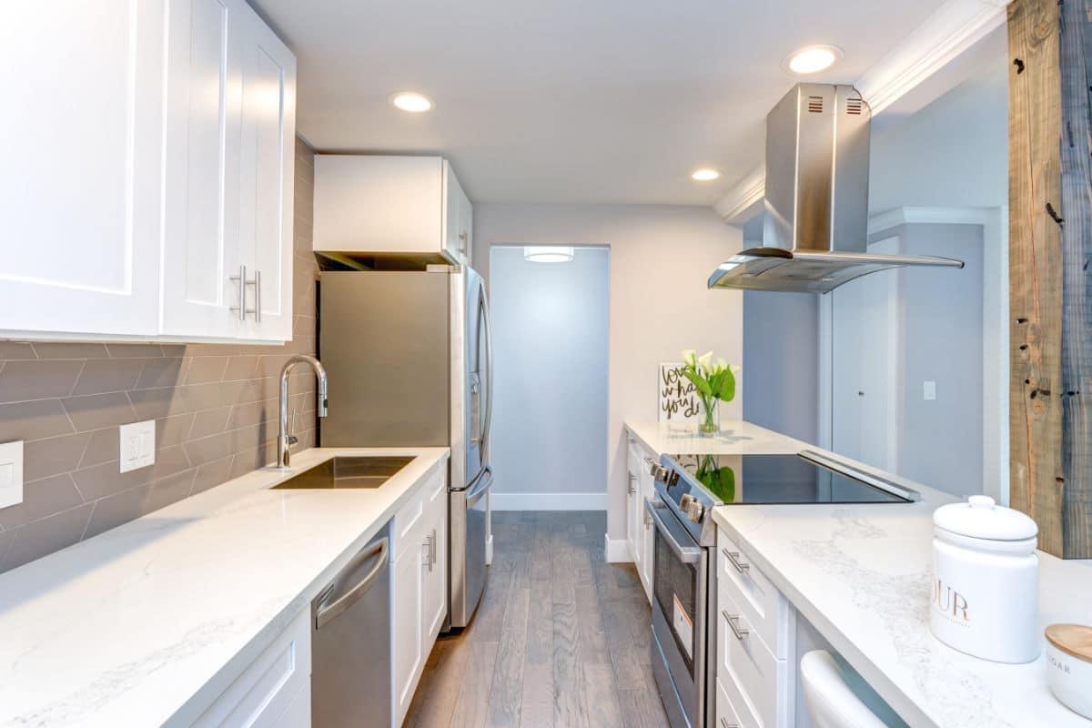 Smalle keuken met lage kasten